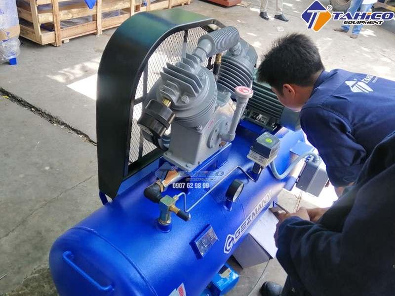 Cán bộ kỹ thuật Tahico đang kiểm tra máy nén khí rửa xe trước khi đi giao