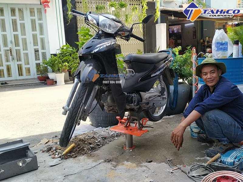 Lắp đặt cầu nâng rửa xe gắn máy