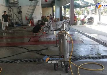 Tiệm rửa xe của anh Ngọc Anh được lắp đặt cầu nâng 1 trụ Ấn Độ bàn nâng âm nền