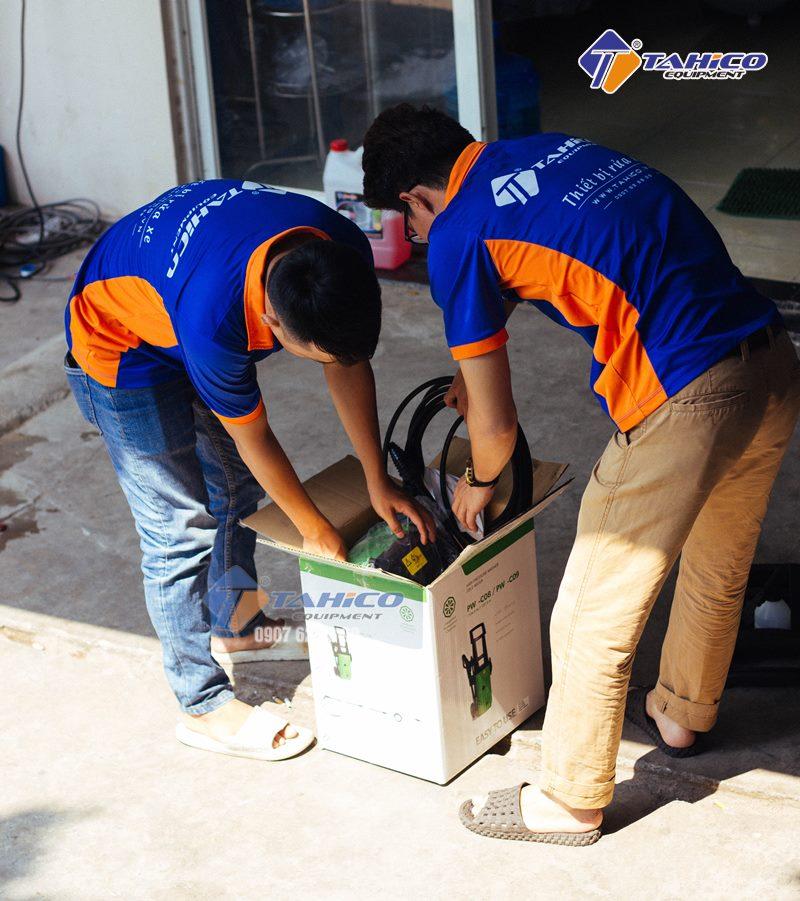 Nhân viên Tahico đập hộp sản phẩm máy rửa xe mini IPC