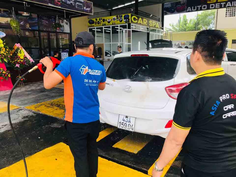 Nhân viên Tahico đan rửa xe ô tô cho khách hàng